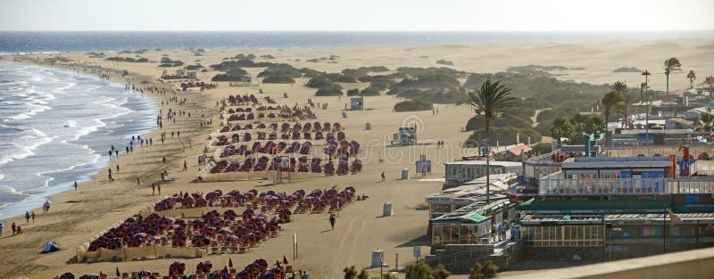 Praia de Playa del Ingles com pára-sóis imagem de stock royalty free