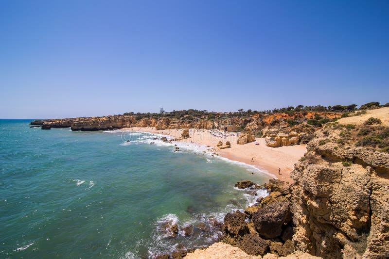 Praia de rafael do Sao no albufeira um destino popular o Algarve Portugal do curso e das férias Conceito do vocação do verão imagem de stock royalty free