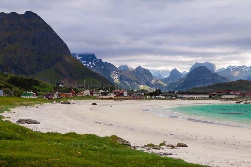 Praia de Ramberg nas ilhas de Lofoten, Noruega imagem de stock