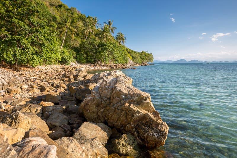 Praia de Rocky Silver, opinião da praia de Crystal Beach em Koh Samui Island, Tailândia foto de stock