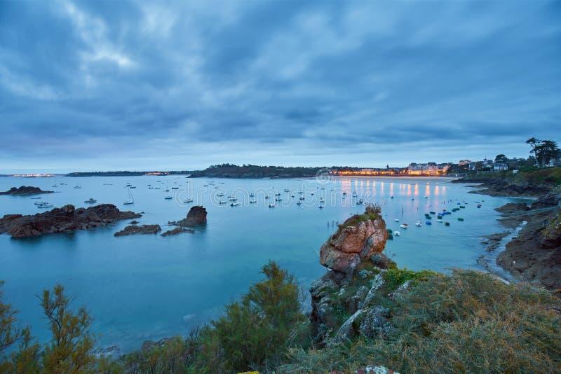 Praia de Saint-Lunaire durante a hora azul, brittany, ille-e-vilaine, fotografia de stock royalty free