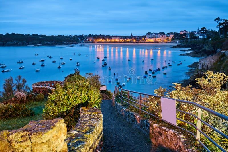 Praia de Saint-Lunaire durante a hora azul, brittany, ille-e-vilaine, foto de stock royalty free