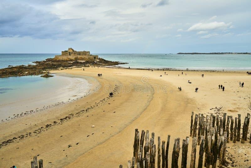 Praia de Saint-Lunaire durante a hora azul, brittany, ille-e-vilaine, fotografia de stock