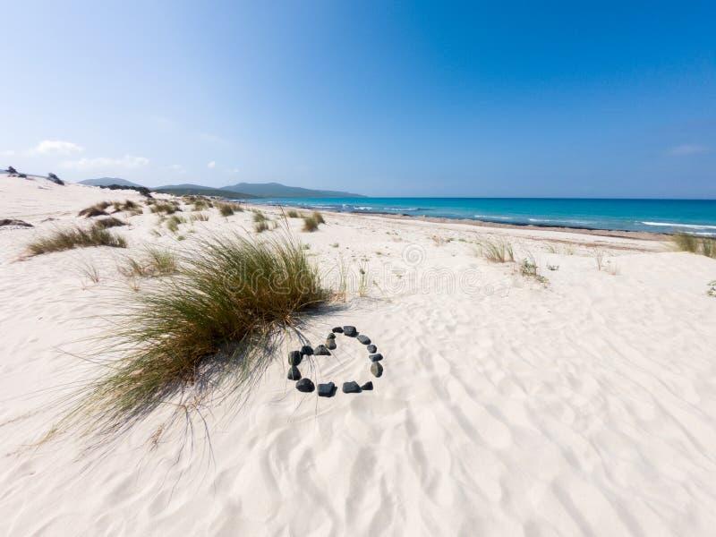 Praia de Sardinia de Porto Pino com símbolo do amor fotografia de stock