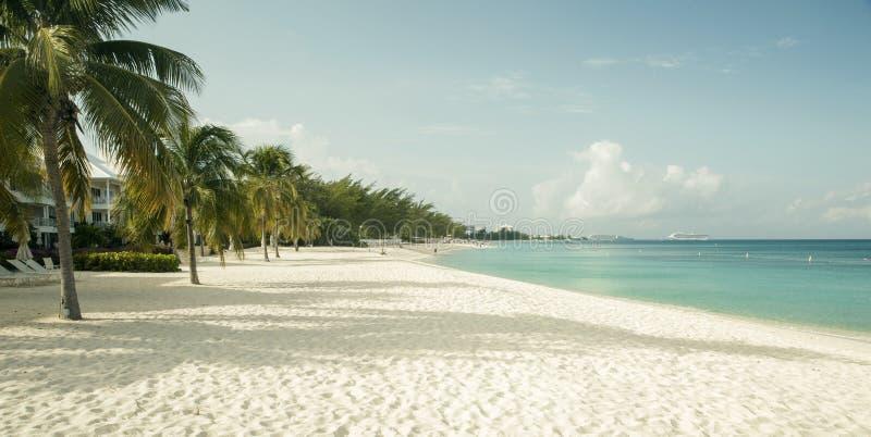 Praia de sete milhas na ilha de Grande Caimão, Ilhas Caimão fotografia de stock