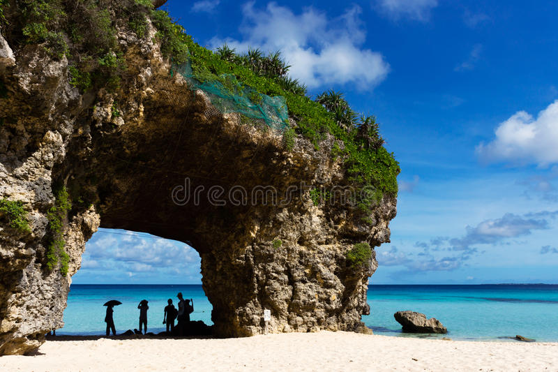 Praia de Sunahama e céu azul fotos de stock royalty free