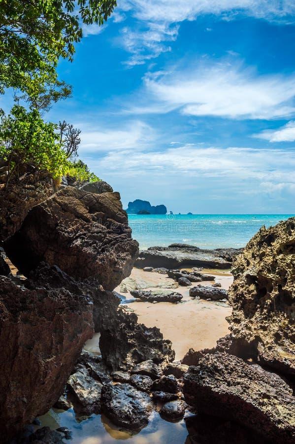 Praia de Tonsai em Railay, Tailândia imagem de stock royalty free