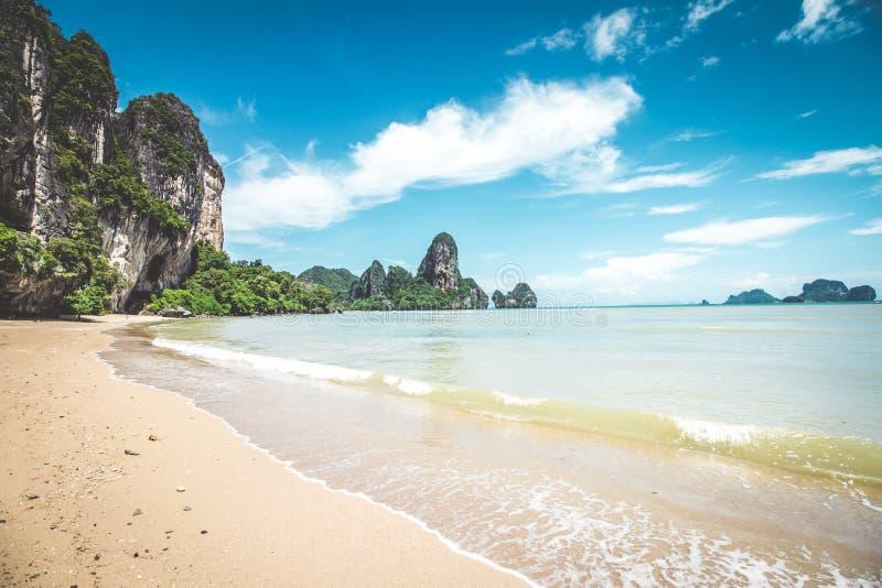 Praia de Tonsai em Tailândia foto de stock royalty free