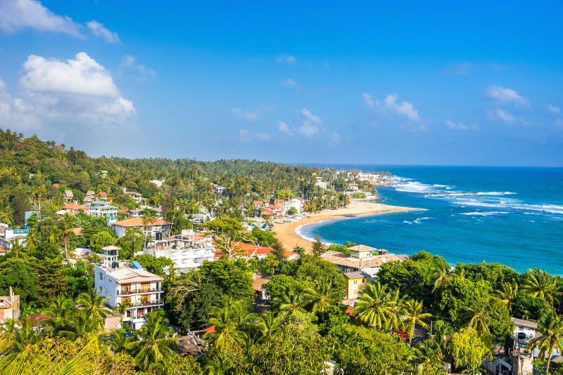 Praia de Unawatuna no dia ensolarado foto de stock royalty free