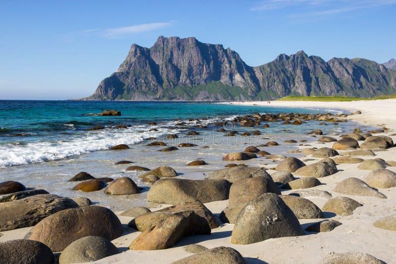 Praia de Uttakleiv e as montanhas em Lofoten em Noruega fotografia de stock