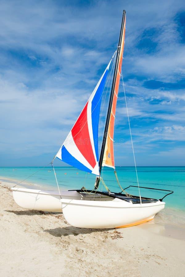 Praia de Varadero em Cuba com um veleiro colorido do catamarã fotos de stock royalty free