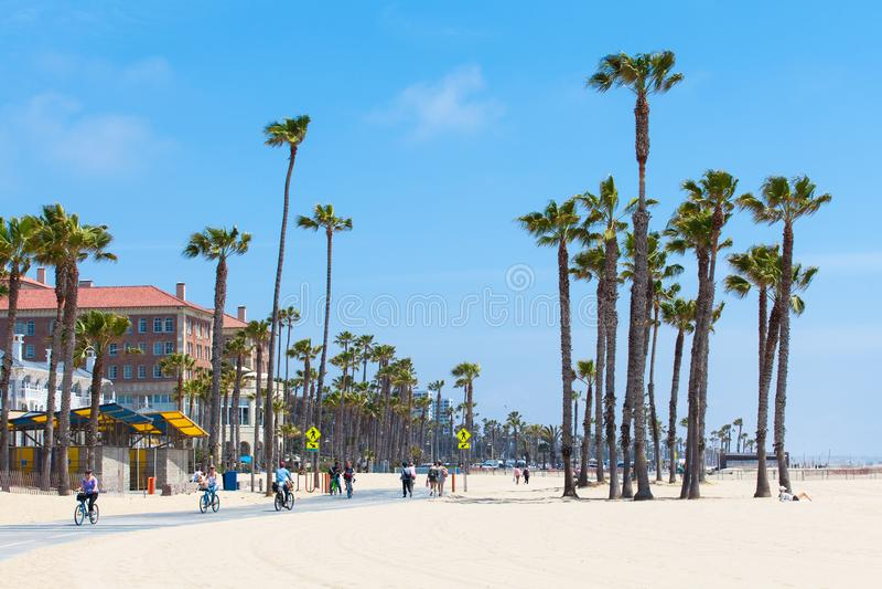 PRAIA DE VENEZA, ESTADOS UNIDOS - 14 DE MAIO DE 2016: Povos que apreciam um dia ensolarado na praia de Veneza, Los Angeles, Calif imagens de stock