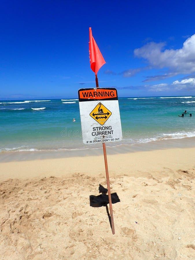 Praia de Waikiki com advertência do sinal atual forte fotos de stock royalty free