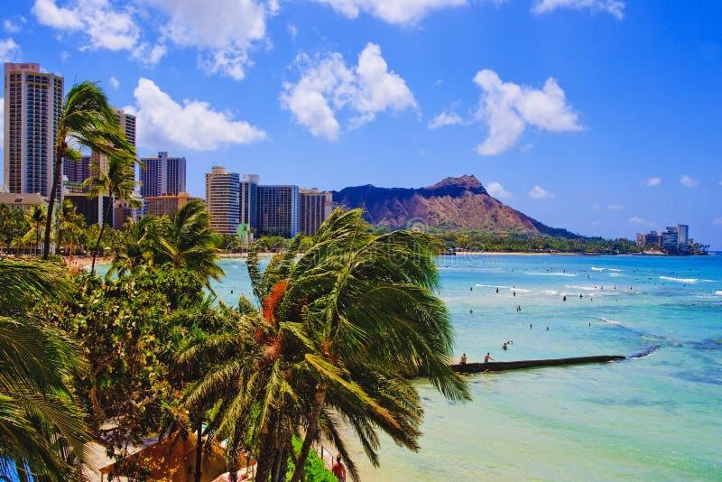 Praia de Waikiki e cabeça do diamante imagens de stock royalty free