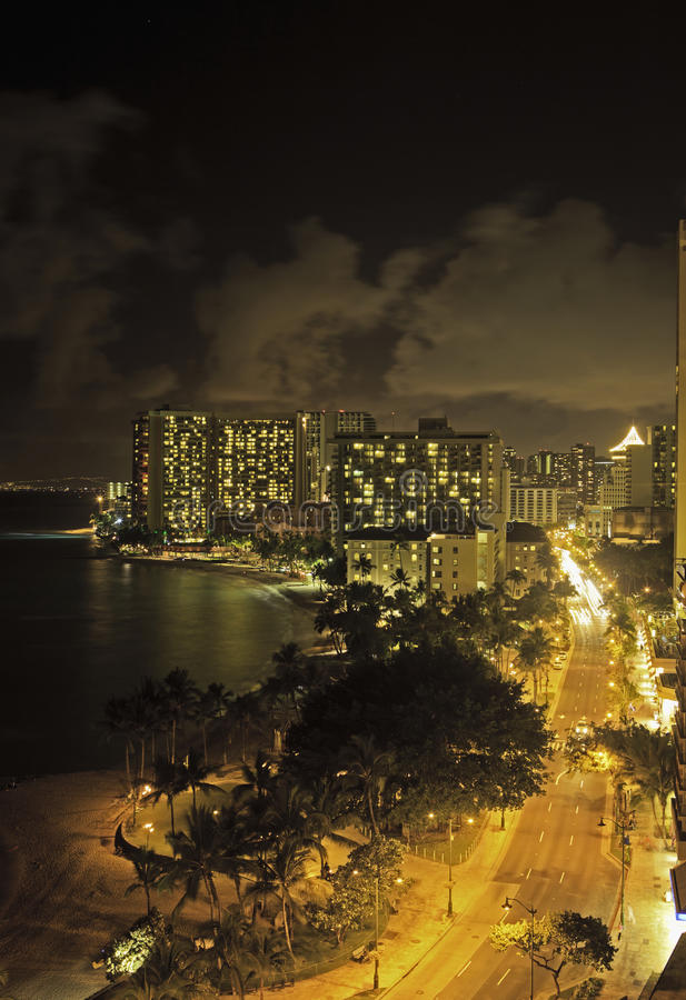 Praia de Waikiki, oahu, Havaí na noite imagens de stock
