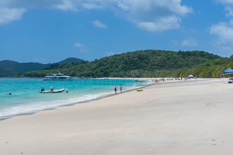 Praia de Whitehaven com povos Queensland, Austrália imagens de stock