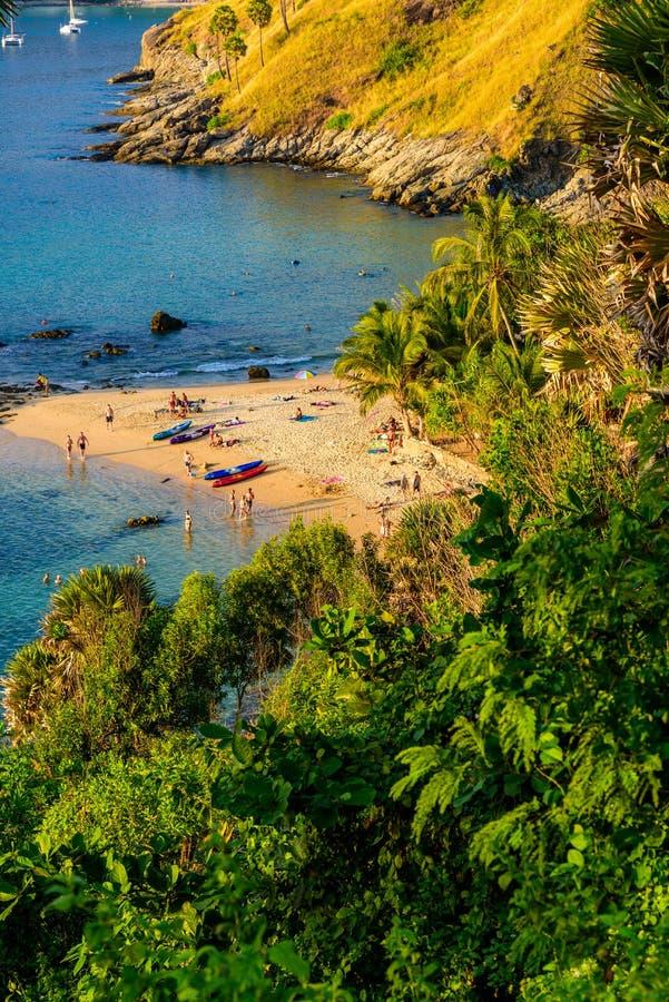 A praia de Yanui é uma angra do paraíso situada entre Nai Harn Beach e o cabo de Promthep em Phuket, Tailândia Em um dia de verão fotos de stock
