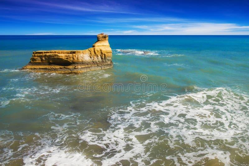 A praia do amarelo de D'amour do canal balança em Sidari, Corfu imagens de stock royalty free