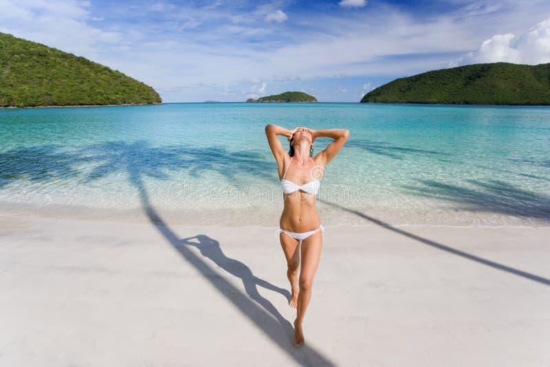 Praia do biquini da mulher fotos de stock royalty free