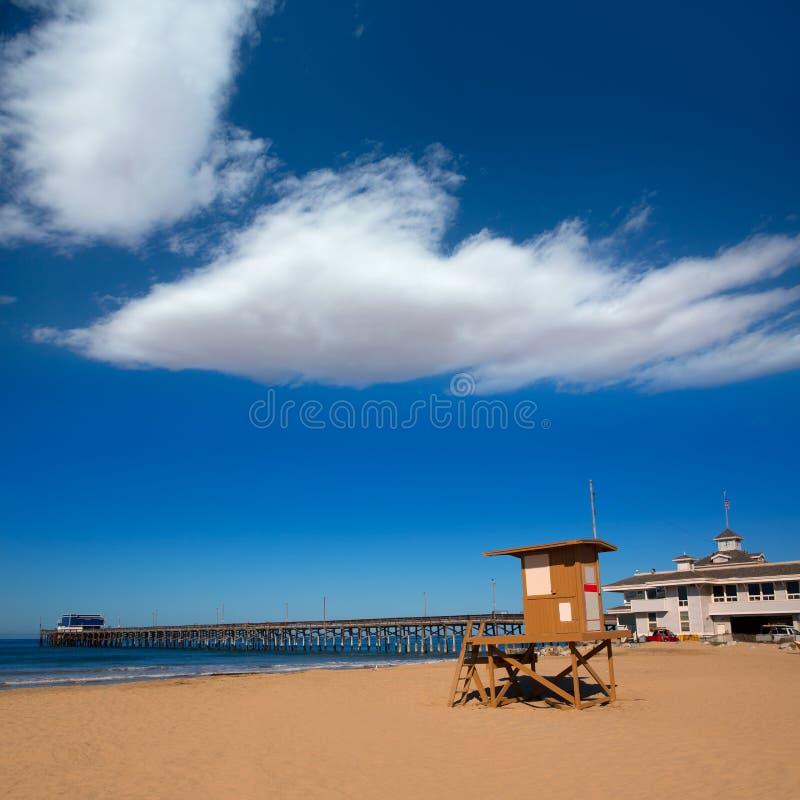 Praia do cais de Newport com a torre da salva-vidas em Califórnia imagens de stock
