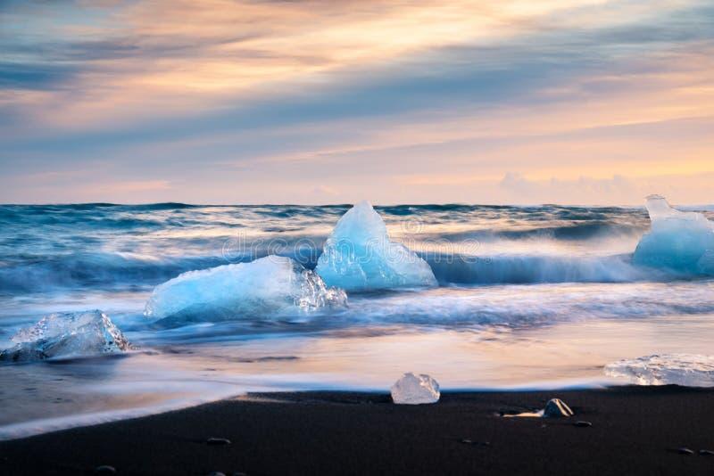 Praia do diamante em Islândia durante o por do sol imagens de stock