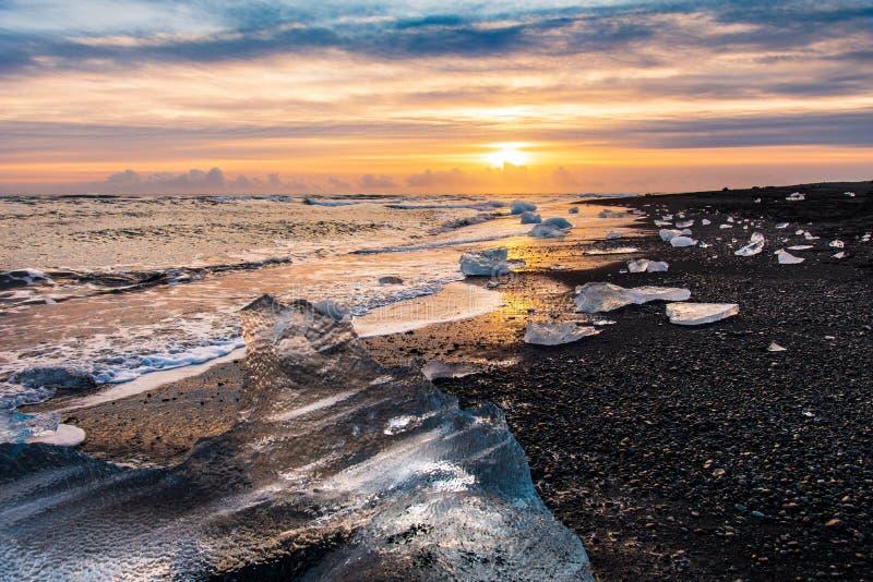 Praia do diamante em Islândia durante o por do sol fotos de stock royalty free