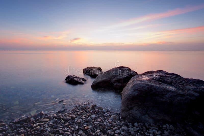 Praia do inverno na noite imagem de stock royalty free