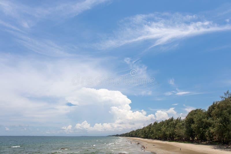Praia do mar com as nuvens do céu azul no sinal do khao do hin do Lan em Rayong Tailândia imagem de stock royalty free