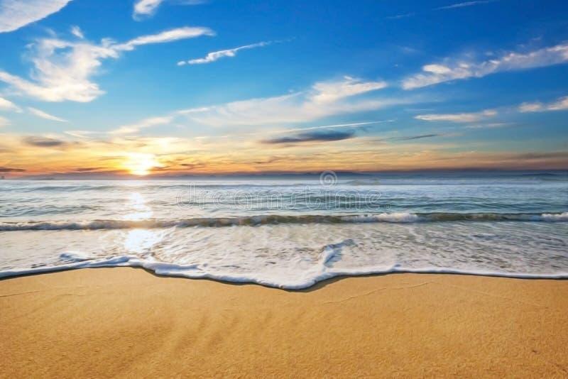 Praia do mar com nivelamento da luz do sol fotos de stock royalty free