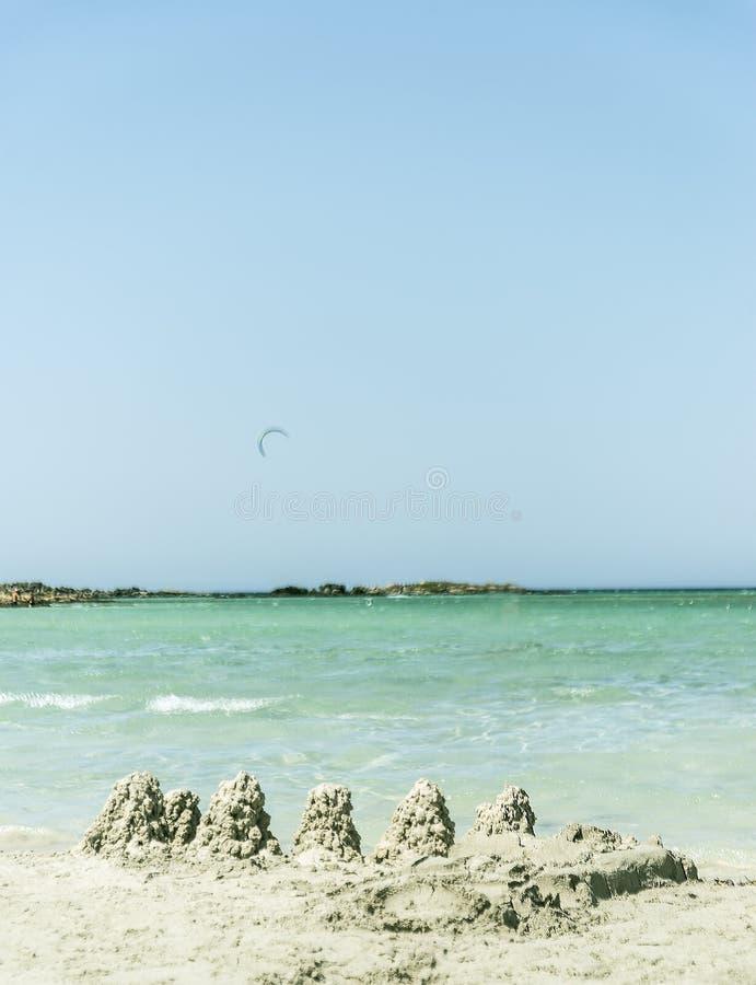 Praia do mar de Elafonis em castelos de Grécia e da areia fotos de stock
