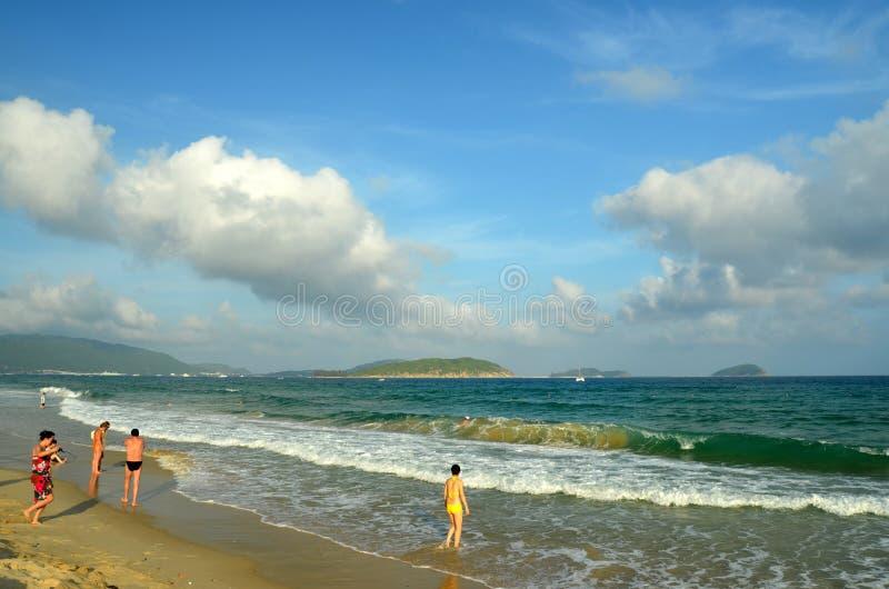 Praia do mar do Sul da China, Hainan; Sanya, baía de Yalong fotos de stock royalty free