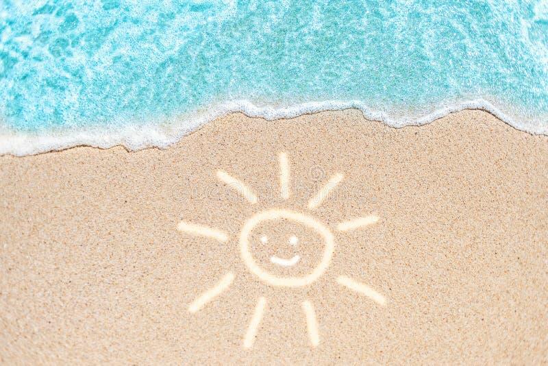Praia do mar e onda macia do oceano azul Dia de verão e beac arenoso imagem de stock