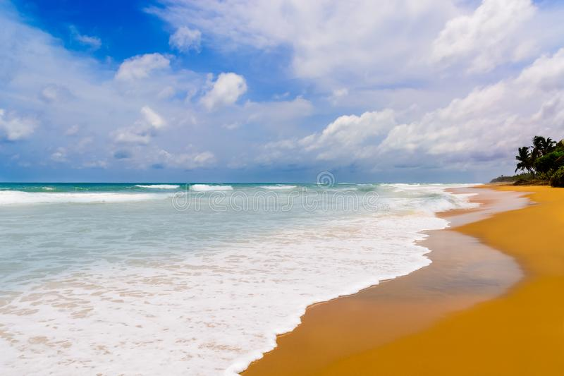 Praia do mar em Sunny Daylight imagens de stock royalty free