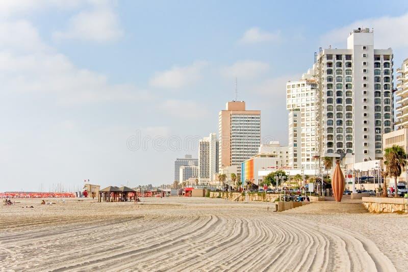 Praia do mar Mediterrâneo com os hotéis ao longo da terraplenagem contra o fundo do céu azul foto de stock