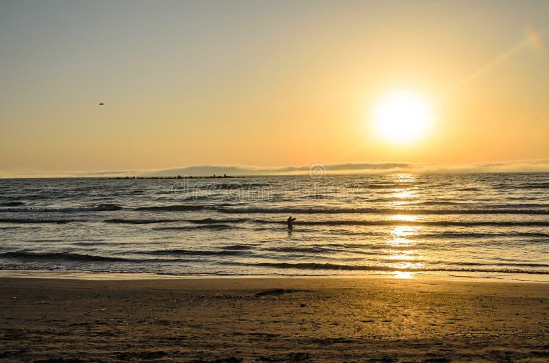 Praia do Mar Negro de Mamaia, Romênia no nascer do sol, sunshi morno imagem de stock royalty free