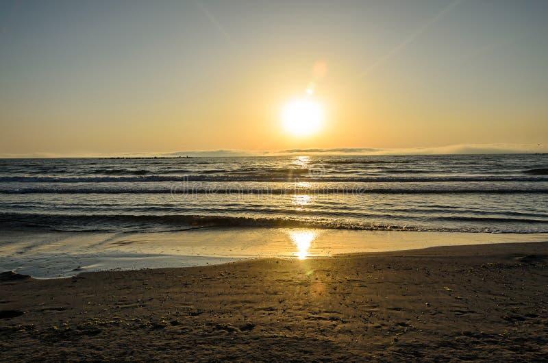 Praia do Mar Negro de Mamaia, Romênia no nascer do sol, sunshi morno imagens de stock