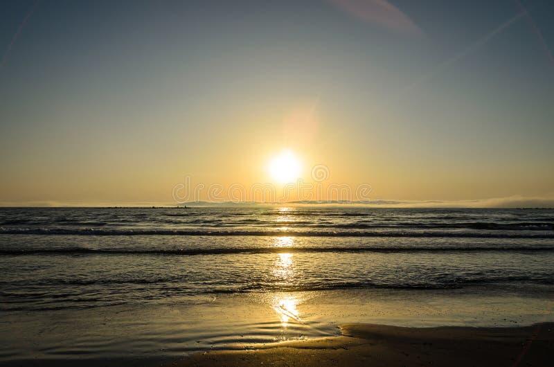 Praia do Mar Negro de Mamaia, Romênia no nascer do sol, sunshi morno imagens de stock royalty free