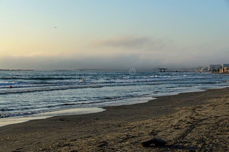 Praia do Mar Negro de Mamaia, Romênia no nascer do sol, sunshi morno foto de stock