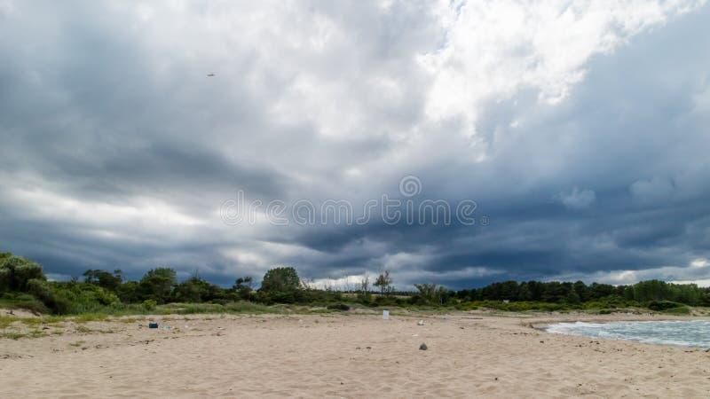 Praia do Mar Negro no inverno imagens de stock royalty free