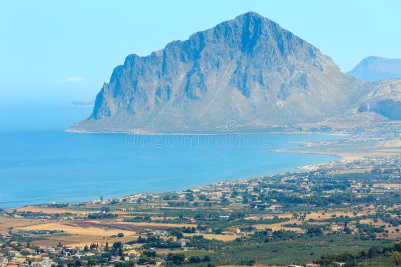 Praia do mar perto de Rocca di San Nicola, Agrigento, Sicília, Itália imagem de stock