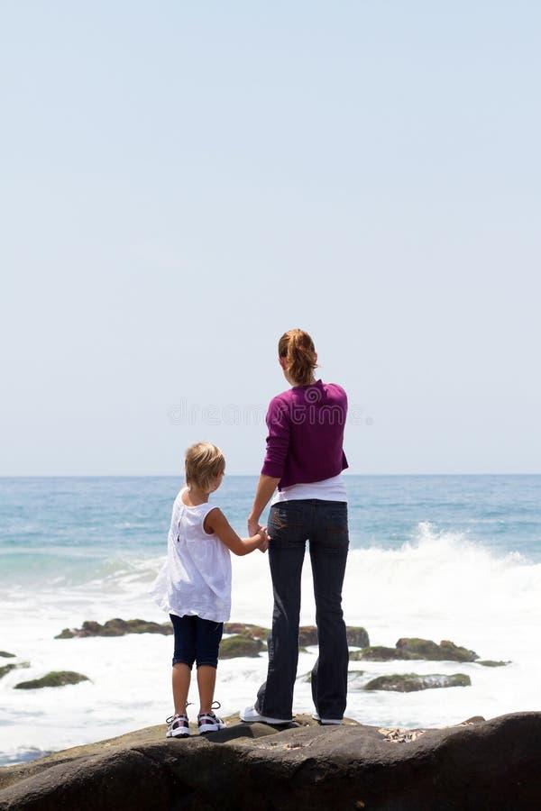 Praia do miúdo da mamã foto de stock royalty free