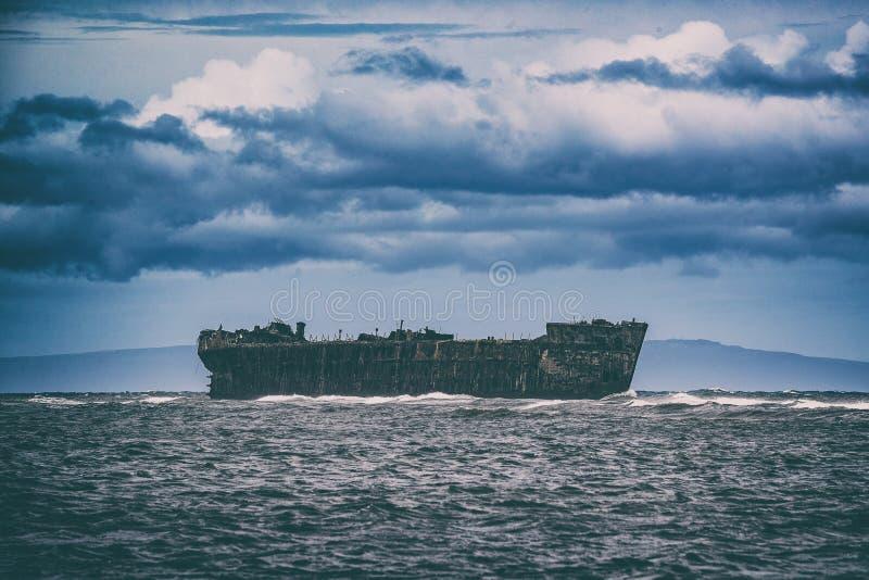 A praia do naufrágio na ilha de Lanai, Havaí, EUA viaja Destrui??o velha do navio fotografia de stock