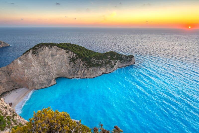 Praia do naufrágio no por do sol na ilha de Zakynthos imagens de stock