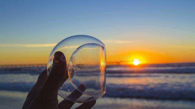 Praia do oceano do por do sol fotografia de stock royalty free