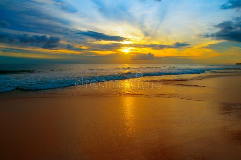 Praia do oceano e do nascer do sol brilhante fotos de stock