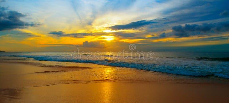Praia do oceano e do nascer do sol vermelho Foto larga fotos de stock royalty free