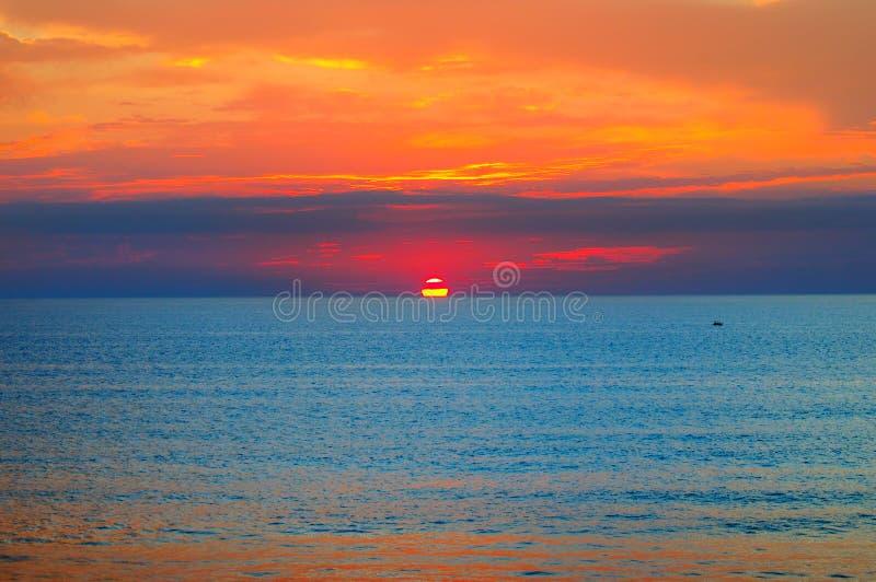Praia do oceano e do nascer do sol vermelho imagens de stock