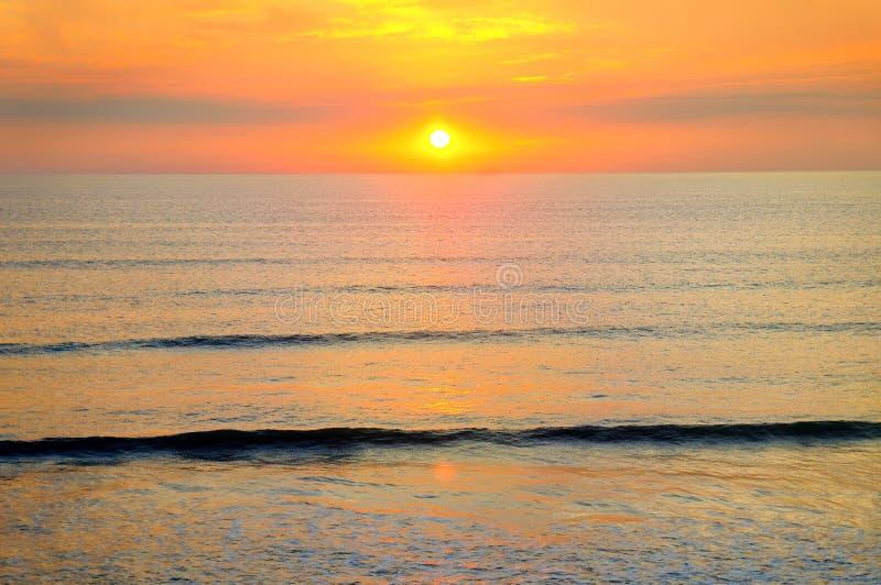 A praia do oceano e o sol dourado aumentam fotos de stock royalty free