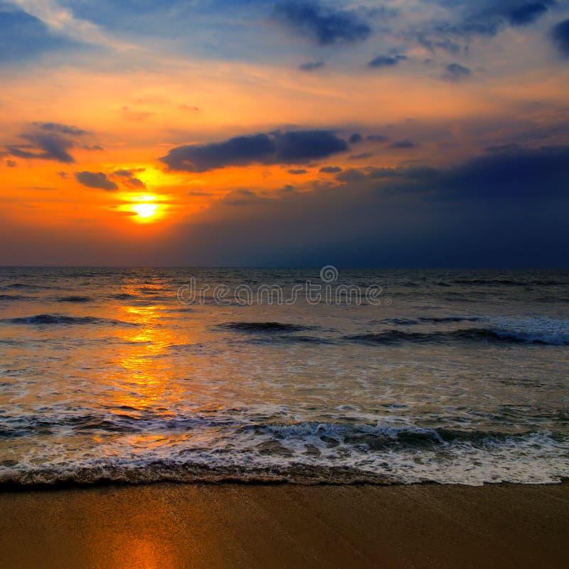 Praia do oceano e do por do sol vermelho imagem de stock