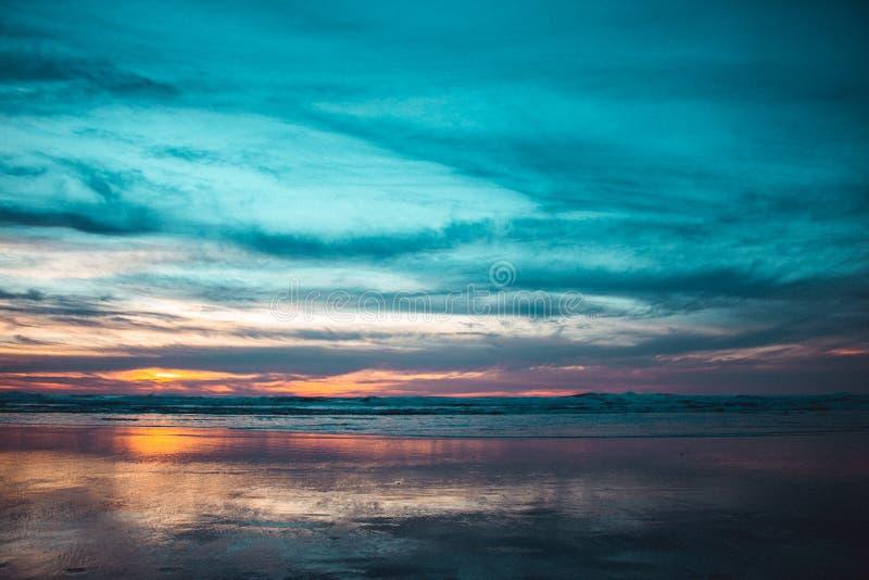 Praia do oceano no por do sol imagem de stock